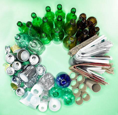 60756295-recikliranje-boca-staklo-plastika-karton-domacinstvo