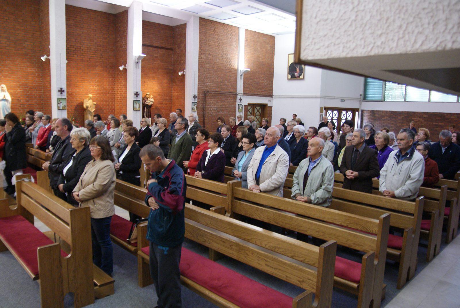 Kršćansko druženje poljubi u vrat